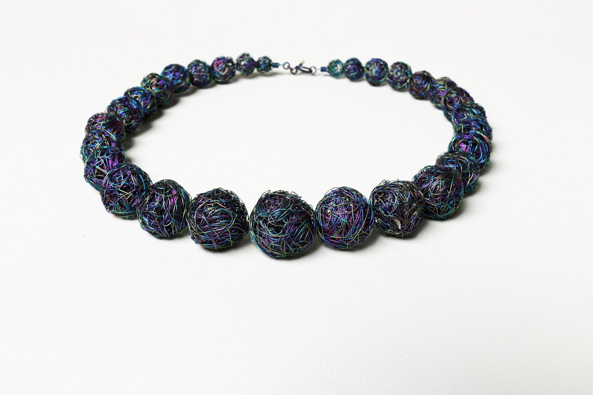 Titanium wire ball collier